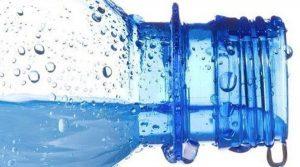 agua en botella de plastico